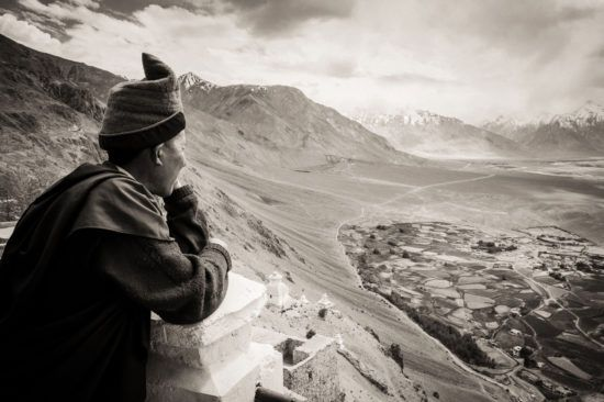 tirage d'art photo : Gompa avec vue par Christian Frémin, Zanskar, Inde - Bouts du monde
