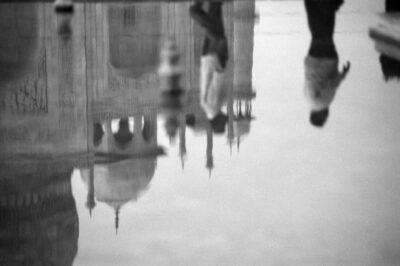 tirage d'art photo : le Taj Mahal sens dessus-dessous, photographie en noir et blanc de Lionel Brard, Bouts du monde