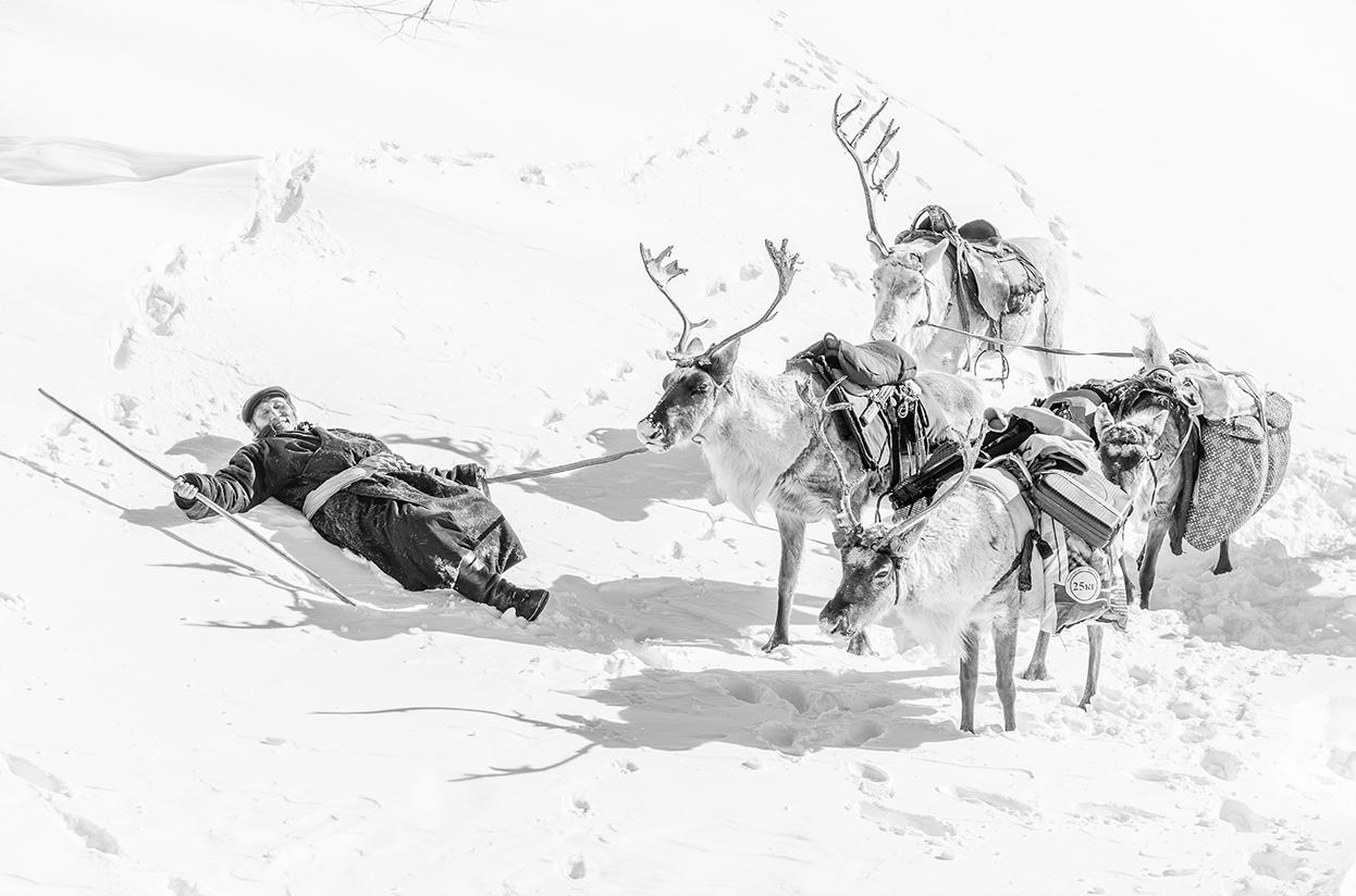 Photographie d'un éleveur de rennes tsataan sous la neige