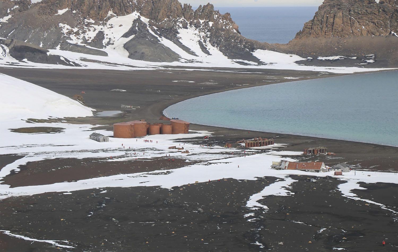 Cuves d'huile de baleine à l'abandon