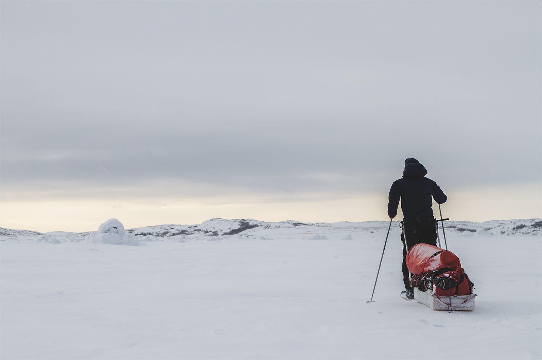 Matthieu Delaunay à ski tire une pulka