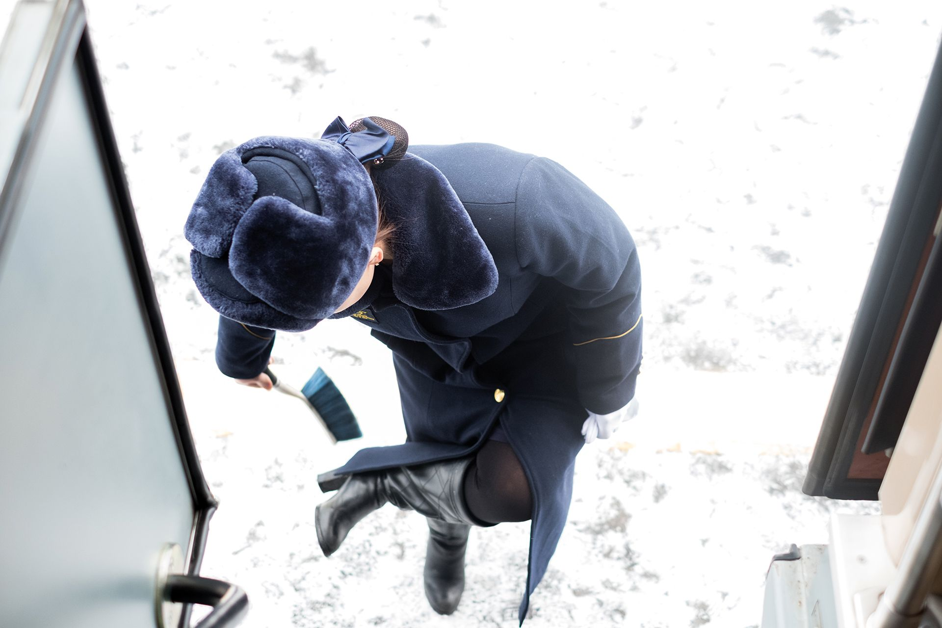 Une provodnista nettoie ses bottes avant de monter dans le Transsibérien